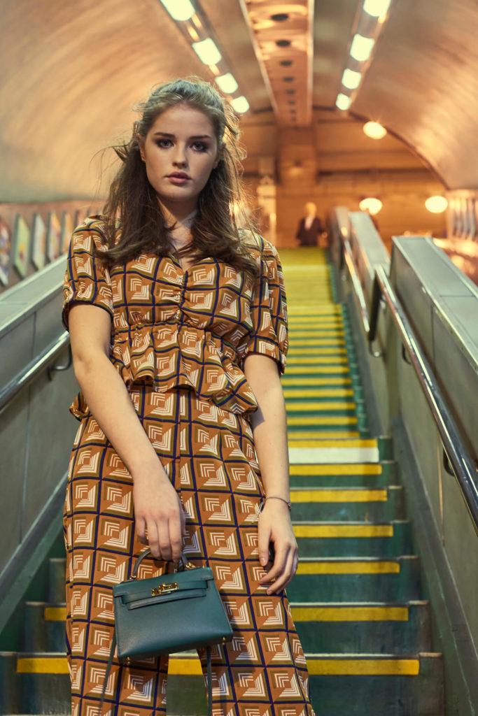 Monika Płusa zdjęcia modowe edytorial modowy zdjęcia w londyńskim metrze torebka hermes